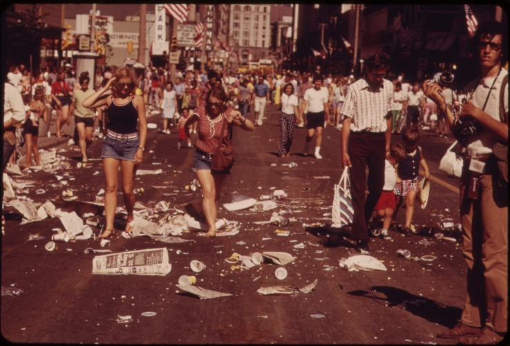 AFTERMATH_OF_THE_'OLD_MILWAUKEE_DAYS'_CIRCUS_PARADE_IN_DOWNTOWN_MILWAUKEE._SPECTATORS_DEPART,_TONS_OF_LITTER_REMAIN_-_NARA_-_549579.jpg